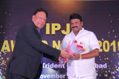 Shri T. Srinivasa Yadav receives bouquet from Mr Rana-done