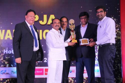 Shri Etela Rajender presents the award to Dr Muthu