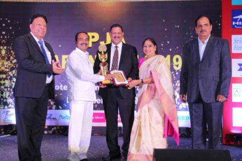 Shri Etela Rajender presents the award to Mr Subramaniam
