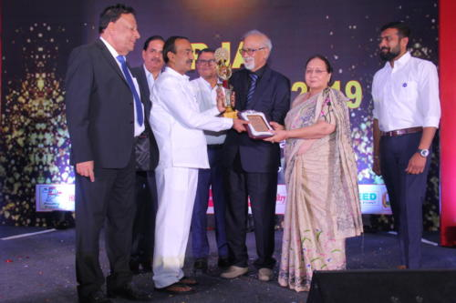 Shri Etela Rajender presents the award to Dr Suresh Sharma