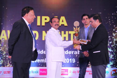 Shri Etela Rajender presents the award to Dr Yash Goyal