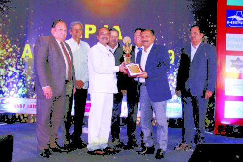 Shri Etela Rajender presents the IPJA Appreciation Award to Dr Arun Kumar Rai